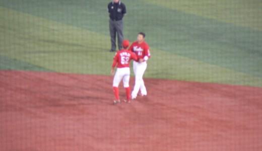 守備につく選手へ、ベンチの選手が出てきてグローブを渡す瞬間が好き。誠也×庄司バージョン