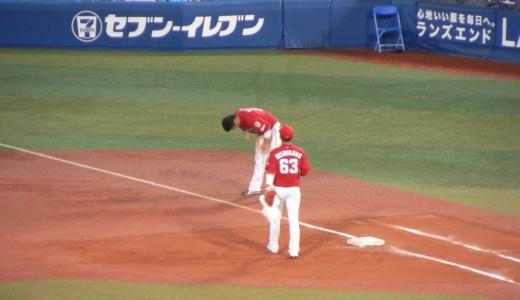 守備につく選手へ、ベンチの選手が出てきてグローブを渡す瞬間が好き。その2。鈴木誠也×西川龍馬バージョン